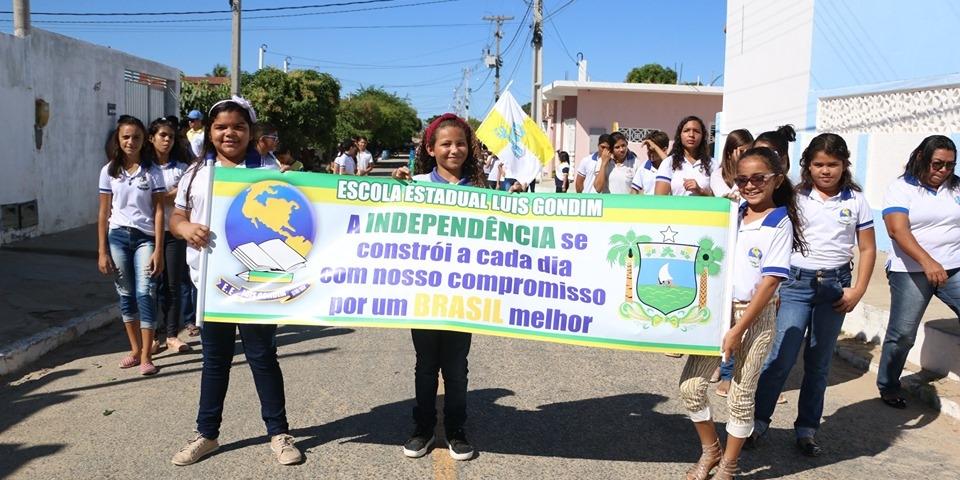 """A prefeitura por meio da Secretaria de Educação realizou """"Desfile Cívico de 07 de setembro""""."""