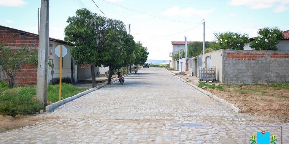 Prefeitura conclui  pavimentacão da rua Raimundo Galdino de Aquino.
