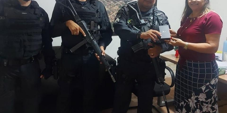 Prefeita Maria Olímpia entrega celular para Polícia Militar